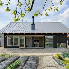 自然と戯れる家: 風景のある家.LLCが手掛けた木造住宅です。,北欧 スレート