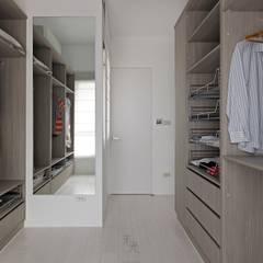 minimalistische Kleedkamer door 禾光室內裝修設計 ─ Her Guang Design