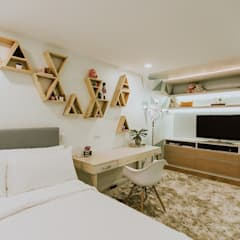 MG House:  Bedroom by Living Innovations Design Unlimited, Inc.