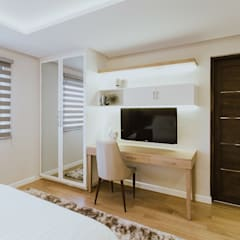 MG House:  Bedroom by Living Innovations Design Unlimited, Inc.,