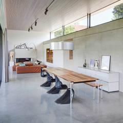 Wohnraum:  Esszimmer von Architekturbüro zwo P