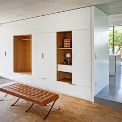 Wohnhaus S:  Flur & Diele von Architekturbüro zwo P