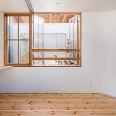 melt: 建築設計事務所SAI工房が手掛けたドアです。,モダン 木 木目調