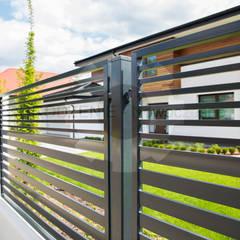 Jardines en la fachada de estilo  por OGRODZENIE-Nowoczesne , Moderno Hierro/Acero
