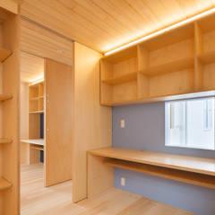 子供室: 有限会社角倉剛建築設計事務所が手掛けた子供部屋です。