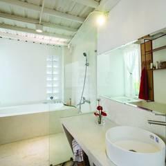 Cả 2 tầng đều thiết kế chung nhà vệ sinh đặt phía cuối nhà.:  Phòng tắm by Công ty TNHH Thiết Kế Xây Dựng Song Phát