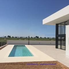 Linealidad infinita: Villas de estilo  de Estudio de Arquitectura, Interiorismo y Urbanismo José Sánchez Vélez  653 77 38 06
