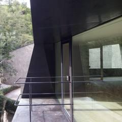 La casa del Collezionista: Finestre in stile  di Studio Marastoni