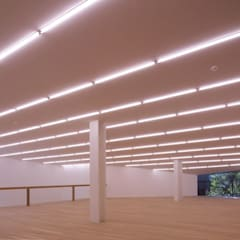 La casa del Collezionista: Sala multimediale in stile  di Studio Marastoni
