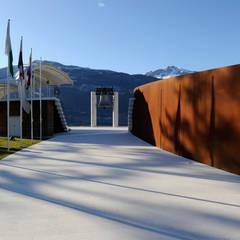 Fondazione Campana dei Caduti: Centri congressi in stile  di Studio Marastoni