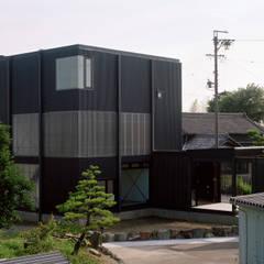 波板の家: 山下大輔建築設計事務所が手掛けた一戸建て住宅です。