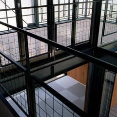 波板の家: 山下大輔建築設計事務所が手掛けたリビングです。