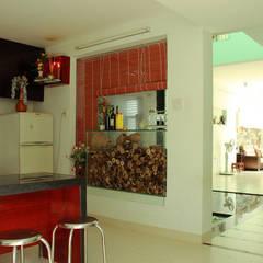 Phía sau là vườn nhỏ và khu bếp cùng phòng ăn rộng rãi.:  Bếp xây sẵn by Công ty TNHH Thiết Kế Xây Dựng Song Phát