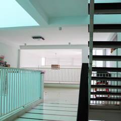 Tầng lửng sẽ bao gồm phòng ngủ chính và phòng sinh hoạt chung cho gia đình.:  Hành lang by Công ty TNHH Thiết Kế Xây Dựng Song Phát