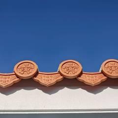 瓦葺屋根軒先: 株式会社青空設計が手掛けた一戸建て住宅です。
