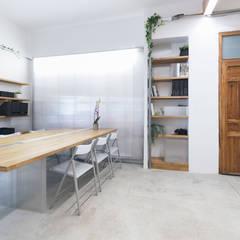 Projekty,  Domowe biuro i gabinet zaprojektowane przez Eseiesa Arquitectos
