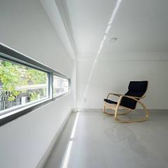 Tổng thể ngôi nhà thay đổi lớn sau khi được sửa chữa.:  Hành lang by Công ty TNHH Thiết Kế Xây Dựng Song Phát