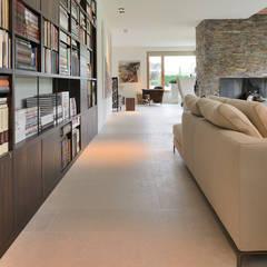 Signature keuken ontwerp met 3 Michelinsterren voor landhuis regio Utrecht:  Mediakamer door EMYKO | Residential Interior Design
