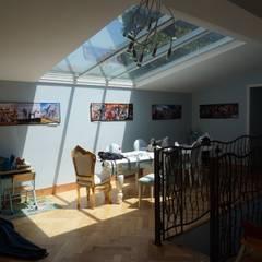 Extension et création verrière de toit: Salle à manger de style de style eclectique par BCCA²