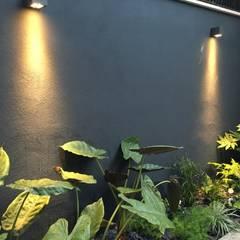 Forti contrasti: Giardino in stile  di Au dehors Studio. Architettura del Paesaggio