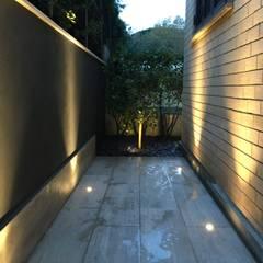 Jardines en la fachada de estilo  por Au dehors Studio. Architettura del Paesaggio , Moderno