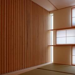 Salas de entretenimiento de estilo moderno de 株式会社 ATELIER O2 Moderno