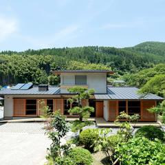 里の家~玖珠万年山の麓 実りある住まい~: 山道勉建築が手掛けた家です。,北欧 木 木目調