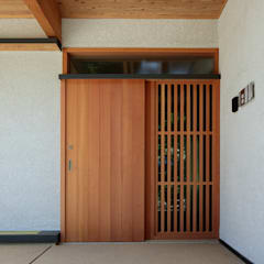 Puertas de estilo  por 山道勉建築