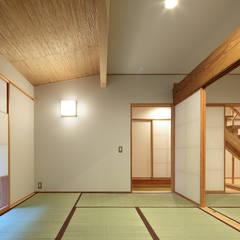 里の家~玖珠万年山の麓 実りある住まい~: 山道勉建築が手掛けた和室です。,北欧 木 木目調