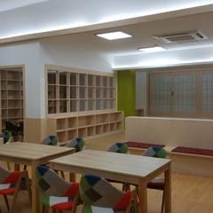 책 향기 가득할 공간: 담음건축디자인주식회사의  서재 & 사무실