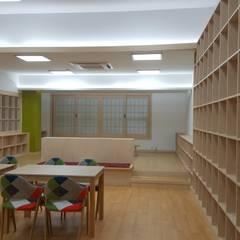 tropische Arbeitszimmer von 담음건축디자인주식회사