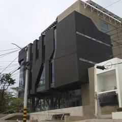 : Edificios de oficinas de estilo  de Victor Consuegra G. Arquitecto