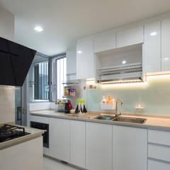 Kitchen Cabinet: modern Kitchen by Designer House