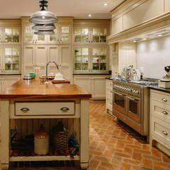 city skyline farmhouse:  Kitchen by drew architects + interiors