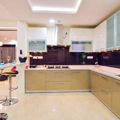 kitchen: modern Kitchen by Team Kraft
