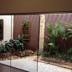 Paisagismo de um escritório comercial (Jardim de Inverno): Jardins de inverno  por Luzia Benites - Arquiteta Paisagista