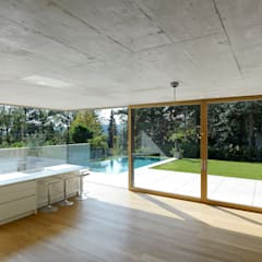 Stützenfreie Betonkonstruktion über der Wohnebene: minimalistische Esszimmer von Architekt Zoran Bodrozic