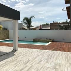 Quincho - Pileta - deck : Piletas de jardín de estilo  por Estudio A+I
