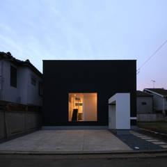 夜景外観: 石川淳建築設計事務所が手掛けた一戸建て住宅です。