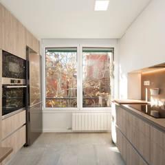 Dos muros con mobiliario de cocina: Cocinas integrales de estilo  de Sincro