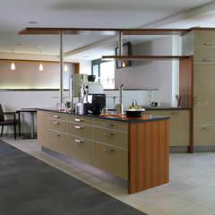 Konzept einer modernen, offenen Wohnküche:  Küchenzeile von copado. GmbH & Co. KG