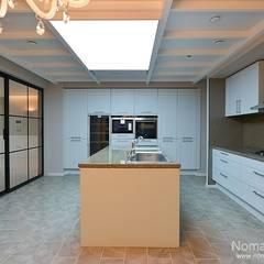 Cucina in stile  di 노마드디자인 / Nomad design
