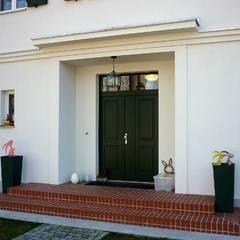 Eingangsbereich mit Fassadenelementen und Überdachung im Stil der 30er Jahre:  Villa von SCHOß INGENIEUR GmbH