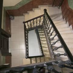 Apartamento en Poble Sec: Escaleras de estilo  de Gramil Interiorismo II - Decoradores y diseñadores de interiores