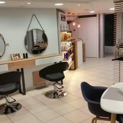 salon de coiffure rénové: Locaux commerciaux & Magasins de style  par Backhome