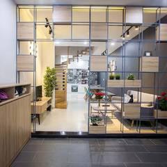 Nhà Ống 3 Tầng 1 Tum Với Thiết Kế Giếng Trời Tuyệt Đẹp:  Phòng khách by Công ty TNHH Xây Dựng TM – DV Song Phát