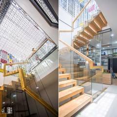 Nhà Ống 3 Tầng 1 Tum Với Thiết Kế Giếng Trời Tuyệt Đẹp:  Cầu thang by Công ty TNHH Xây Dựng TM – DV Song Phát