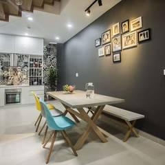 Nhà Ống 3 Tầng 1 Tum Với Thiết Kế Giếng Trời Tuyệt Đẹp:  Phòng ăn by Công ty TNHH Xây Dựng TM – DV Song Phát