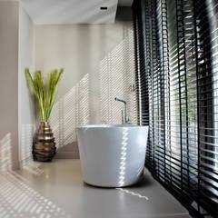 Kunststof Gietvloer in Badkamer : minimalistische Badkamer door Motion Gietvloeren