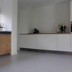 PU-Gietvloer als Basis voor een Tijdloos Interieur : moderne Keuken door Motion Gietvloeren